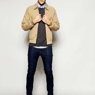 Как и с чем носить: светло-коричневая куртка харрингтон, темно-коричневый свитер с круглым вырезом, голубая рубашка с длинным рукавом, темно-синие джинсы