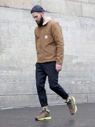 Светло-коричневая куртка харрингтон: с чем носить и как сочетать: Светло-коричневая куртка харрингтон и темно-синие брюки чинос — отличный образ для барного тура или похода в кино. коричневые кроссовки добавят облику легкости и беззаботства.