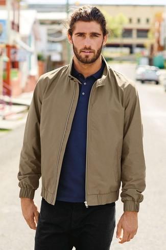Как и с чем носить: светло-коричневая куртка харрингтон, темно-синий свитер с воротником поло, черные джинсы