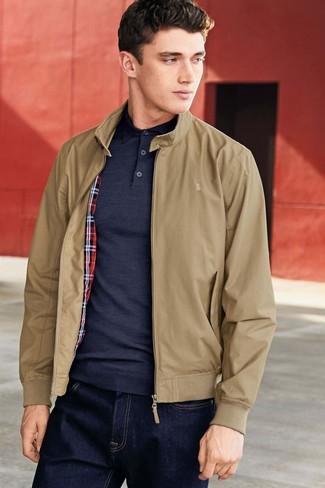 Как и с чем носить: светло-коричневая куртка харрингтон, темно-синяя футболка-поло, темно-синие джинсы