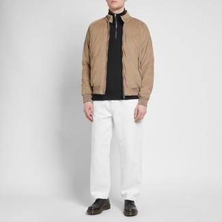 Как и с чем носить: светло-коричневая куртка харрингтон, черный свитер с воротником на молнии, белые брюки чинос, черные кожаные туфли дерби