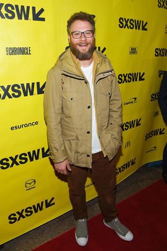 Как и с чем носить: светло-коричневая полевая куртка, белая футболка с круглым вырезом, табачные вельветовые джинсы, серые низкие кеды из плотной ткани