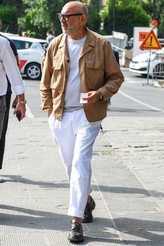 Как одеваться мужчине за 60: Светло-коричневая полевая куртка в сочетании с белыми брюками чинос — великолепная идея для воплощения мужского образа в элегантно-деловом стиле. Не прочь сделать лук немного элегантнее? Тогда в качестве дополнения к этому луку, выбери темно-коричневые кожаные туфли дерби.