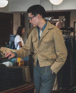 Как и с чем носить: светло-коричневая полевая куртка, синяя рубашка с длинным рукавом из шамбре, белая футболка с круглым вырезом, темно-серые классические брюки