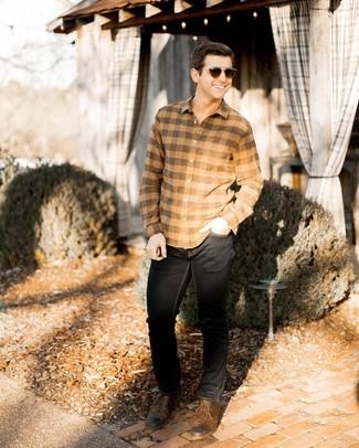 Как и с чем носить: светло-коричневая фланелевая рубашка с длинным рукавом в клетку, черные джинсы, коричневые кожаные туфли дерби, темно-коричневые солнцезащитные очки