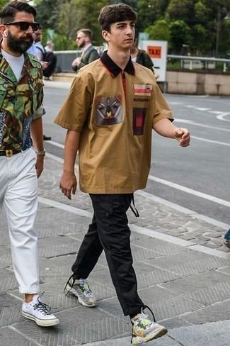 Серые кроссовки: с чем носить и как сочетать мужчине: Дуэт светло-коричневой рубашки с коротким рукавом с принтом и черных брюк карго позволит выглядеть модно, а также подчеркнуть твой личный стиль. Почему бы не привнести в этот лук чуточку легкости с помощью серых кроссовок?