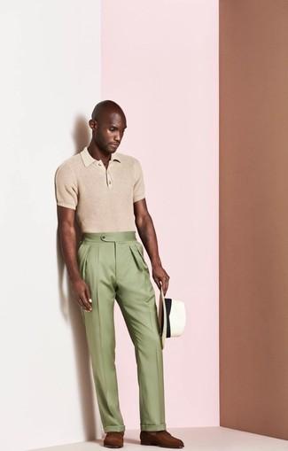 Как и с чем носить: светло-коричневая футболка-поло, оливковые классические брюки, коричневые кожаные лоферы, белая соломенная шляпа