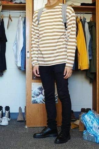 Черные брюки чинос: с чем носить и как сочетать: Светло-коричневая футболка с длинным рукавом в горизонтальную полоску и черные брюки чинос будет отличным вариантом для расслабленного ансамбля на каждый день. Любители экспериментов могут закончить образ черными кожаными туфлями дерби, тем самым добавив в него толику нарядности.