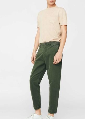 Как и с чем носить: светло-коричневая футболка с круглым вырезом, темно-зеленые брюки чинос, белые кожаные низкие кеды