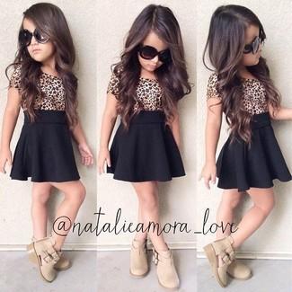 Как и с чем носить: светло-коричневая футболка с леопардовым принтом, черная юбка, бежевые ботинки