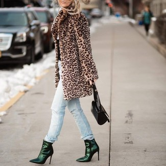 Как и с чем носить: светло-коричневая шуба с леопардовым принтом, голубые рваные джинсы, темно-зеленые кожаные ботильоны, черная кожаная сумочка