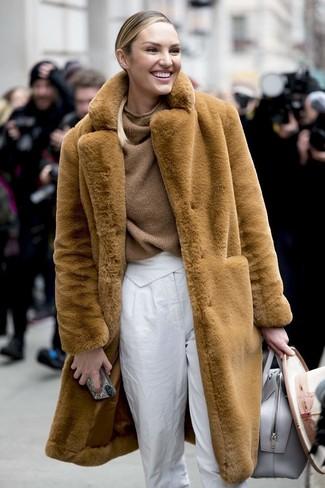 Как и с чем носить: светло-коричневая шуба, коричневый вязаный свободный свитер, белые брюки-галифе, серая кожаная большая сумка