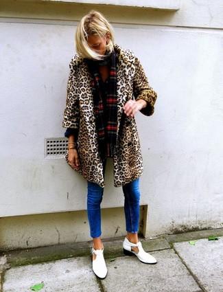 Как и с чем носить: светло-коричневая шуба с леопардовым принтом, синие джинсы скинни, белые кожаные ботильоны с вырезом, красный шарф в шотландскую клетку