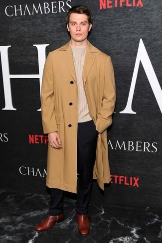 Как и с чем носить: светло-коричневое длинное пальто, бежевый свитер с круглым вырезом, черные классические брюки, темно-красные кожаные ботинки челси