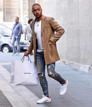 Как и с чем носить: светло-коричневое длинное пальто, белая футболка с круглым вырезом, синие рваные зауженные джинсы, белые кожаные низкие кеды