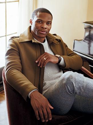 Как и с чем носить: светло-коричневое длинное пальто, белый вязаный свитер, серые шерстяные классические брюки в шотландскую клетку, темно-коричневые кожаные часы