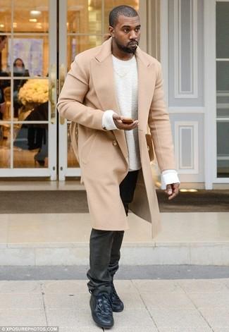 Как Kanye West носит Светло-коричневое длинное пальто, Белый свитер с круглым вырезом, Черные джинсы, Черные кожаные высокие кеды