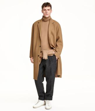 Как и с чем носить: светло-коричневое длинное пальто, светло-коричневая водолазка, темно-серые шерстяные классические брюки, белые кожаные низкие кеды