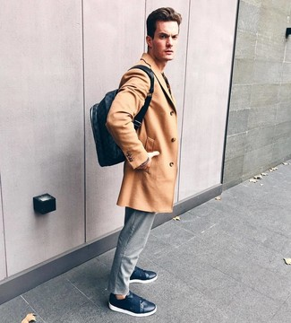 Как и с чем носить: светло-коричневое длинное пальто, серые брюки чинос в вертикальную полоску, темно-синие кожаные низкие кеды, темно-синий кожаный рюкзак