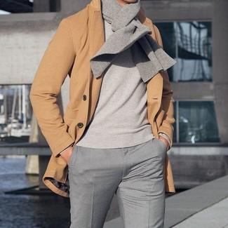 Как и с чем носить: светло-коричневое длинное пальто, серый свитер с круглым вырезом, серые классические брюки, серый шарф