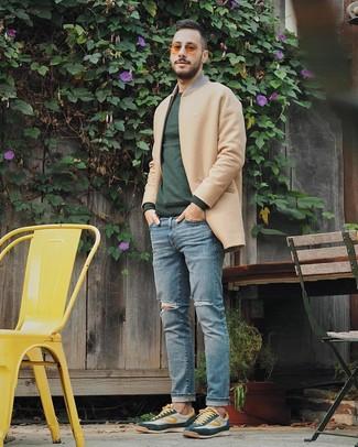 Как и с чем носить: светло-коричневое длинное пальто, темно-зеленый свитер с круглым вырезом, голубые рваные джинсы, темно-зеленые низкие кеды