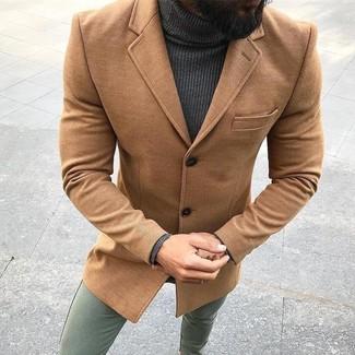 Как и с чем носить: светло-коричневое длинное пальто, темно-серая водолазка, оливковые брюки чинос