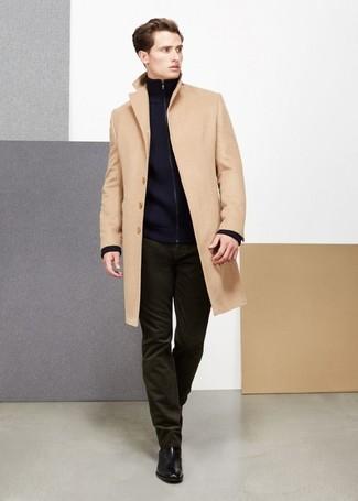 Как и с чем носить: светло-коричневое длинное пальто, темно-синий свитер на молнии, оливковые вельветовые джинсы, черные кожаные ботинки челси