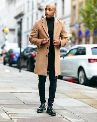 Мужские луки: Светло-коричневое длинное пальто и черные зауженные джинсы — великолепный ансамбль для барного тура или похода в кино.
