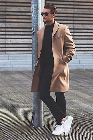 Длинное пальто будет смотреться великолепно с Черными брюками чинос. Чтобы образ не получился слишком отполированным, можно завершить его белыми кожаными низкими кедами.