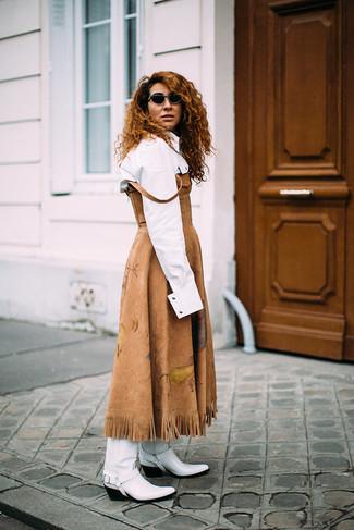 Как и с чем носить: светло-коричневое замшевое платье-миди, белая классическая рубашка, белые кожаные ковбойские сапоги