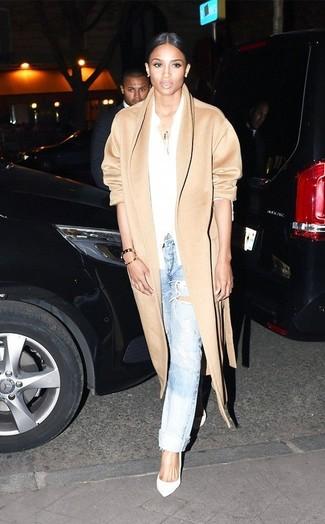светло коричневое пальто белая классическая рубашка голубые джинсы бойфренды белые туфли large 9434