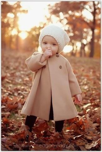 Как и с чем носить: светло-коричневое пальто, белая шапка, черные колготки