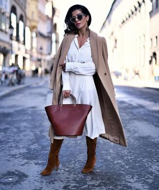 С чем носить коричневые замшевые сапоги: Светло-коричневое пальто и белое платье-рубашка — обязательные вещи в гардеробе дам с отменным вкусом в одежде. В паре с этим нарядом идеально будут выглядеть коричневые замшевые сапоги.