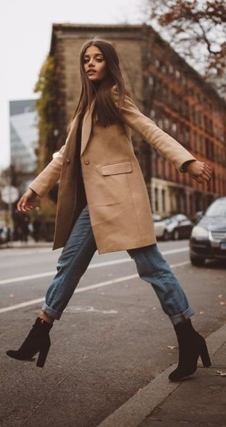 Как и с чем носить: светло-коричневое пальто, голубые джинсы-бойфренды, черные замшевые ботильоны