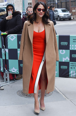 Как и с чем носить: светло-коричневое пальто, красное платье-футляр, бежевые замшевые туфли, красные солнцезащитные очки