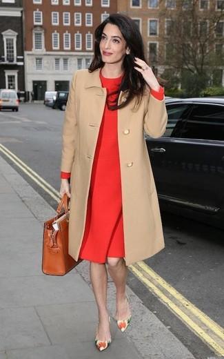 Как и с чем носить: светло-коричневое пальто, красное платье-футляр, разноцветные кожаные туфли с цветочным принтом, табачная кожаная большая сумка