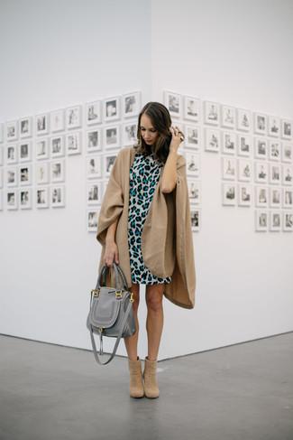 Как и с чем носить: светло-коричневое пальто-накидка, серое платье прямого кроя с леопардовым принтом, светло-коричневые замшевые ботильоны, серая кожаная большая сумка