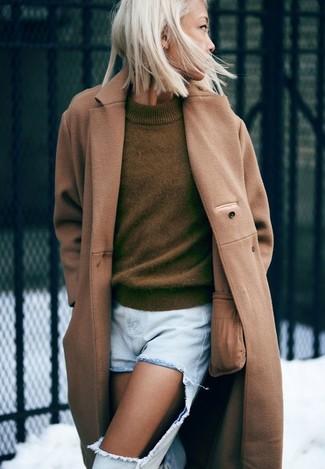 Как и с чем носить: светло-коричневое пальто, оливковый свитер с круглым вырезом, голубые рваные джинсы-бойфренды