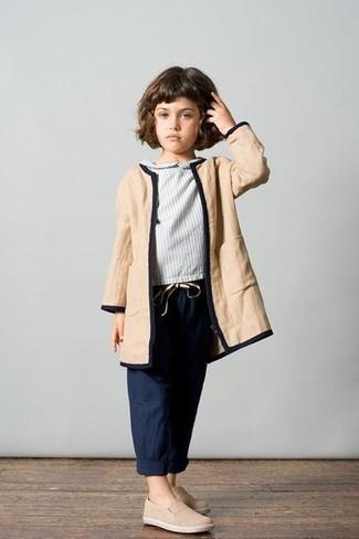 Как и с чем носить: светло-коричневое пальто, серая блузка с длинным рукавом, темно-синие брюки, бежевые кеды