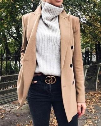 Как и с чем носить: светло-коричневое пальто, серая вязаная водолазка, черные джинсы скинни, черный замшевый ремень