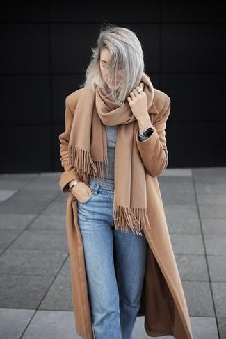 Как и с чем носить: светло-коричневое пальто, серая футболка с длинным рукавом, голубые джинсы, светло-коричневый шарф
