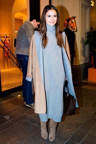 Как Miroslava Duma носит Светло-коричневое пальто, Серое платье-свитер, Серые замшевые сапоги, Темно-коричневая кожаная сумка-саквояж