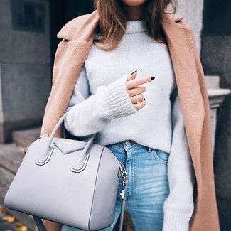 Как и с чем носить: светло-коричневое пальто, серый свободный свитер, голубые джинсы, серая кожаная большая сумка
