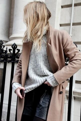 Примерь на себя сочетание светло-коричневого пальто и черных кожаных шорт, и ты получишь модный расслабленный ансамбль на каждый день.