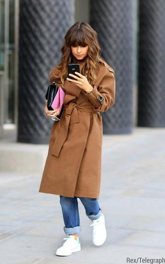 Как Miroslava Duma носит Светло-коричневое пальто, Синие джинсы-бойфренды, Бело-зеленые низкие кеды, Черный кожаный клатч