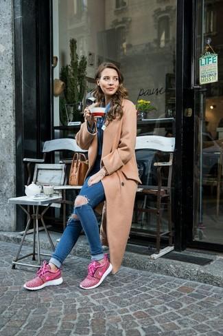 Как и с чем носить: светло-коричневое пальто, синяя джинсовая рубашка, синие рваные джинсы скинни, ярко-розовые кроссовки
