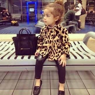 Как и с чем носить: светло-коричневое пальто с леопардовым принтом, черные леггинсы, черные лоферы