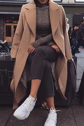 Как и с чем носить: светло-коричневое пальто, темно-коричневая водолазка, черные джинсы скинни, белые кроссовки