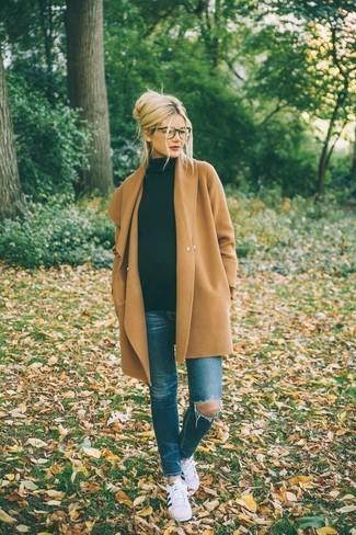 Светло-коричневое пальто и синие рваные джинсы скинни — прекрасный вариант для похода в кино или по магазинам. Что касается обуви, можно отдать предпочтение комфорту и выбрать бело-черные низкие кеды.