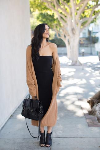 Как и с чем носить: светло-коричневое вязаное пальто, черное облегающее платье, черные кожаные ботильоны с вырезом, черная кожаная сумка-саквояж